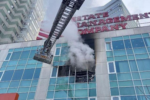 В Алматы загорелся бизнес-центр (видео)