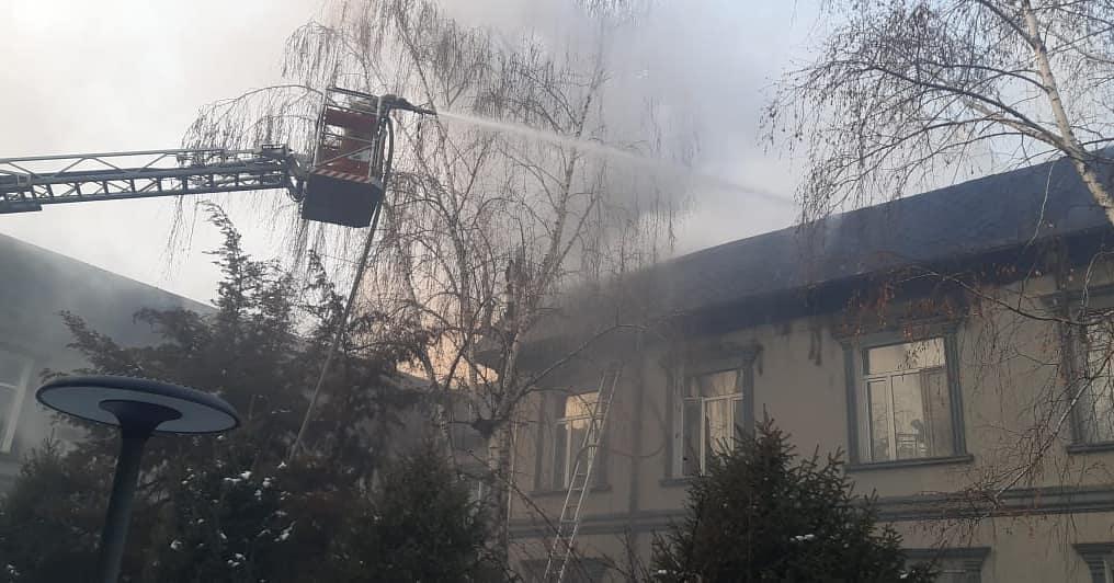В Алматы загорелось здание Совминки