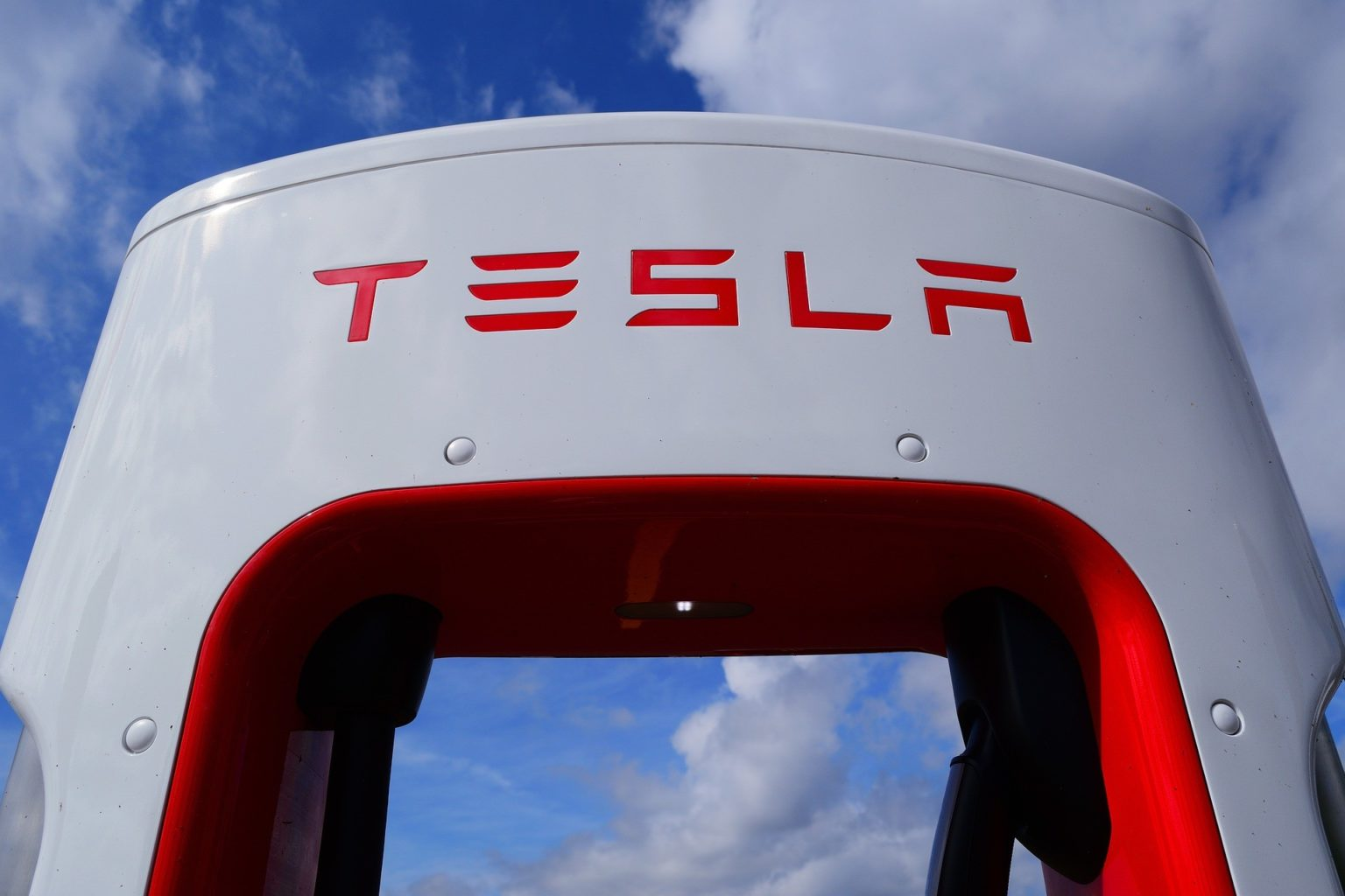 Илон Маск анонсировал выпуск парящей Tesla