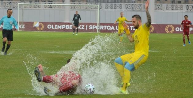 «Не футбол, а издевательство». Поле стадиона «Туркестан-Арена» не справилось с проливным дождем