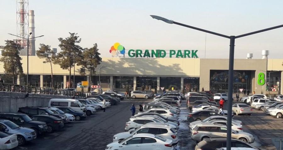 «Откуда у людей деньги?» В Алматы сняли огромную очередь возле торгового центра