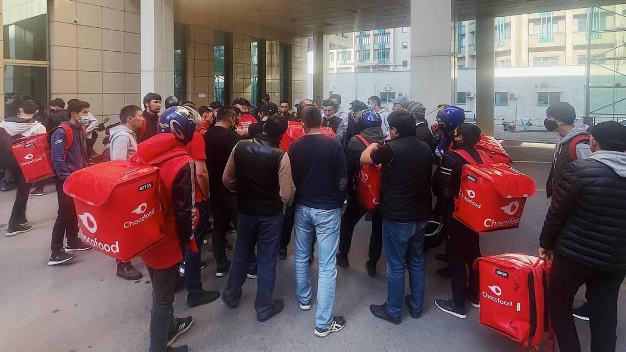 Доставщики еды устроили протест в Алматы