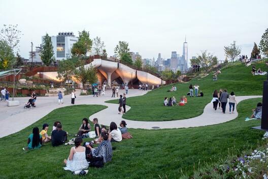 В Нью-Йорке построили искусственный остров на 132 железных «тюльпанах»
