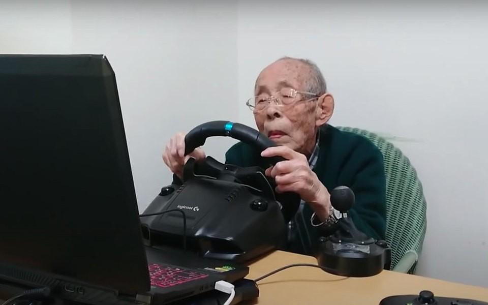 Дедушка из Японии стал популярным гонщиком в 93 года