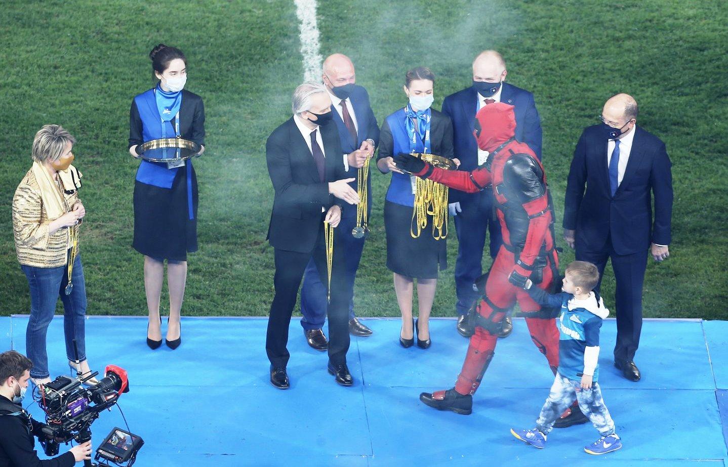 Артем Дзюба получил награду за победу «Зенита» в костюме Дэдпула