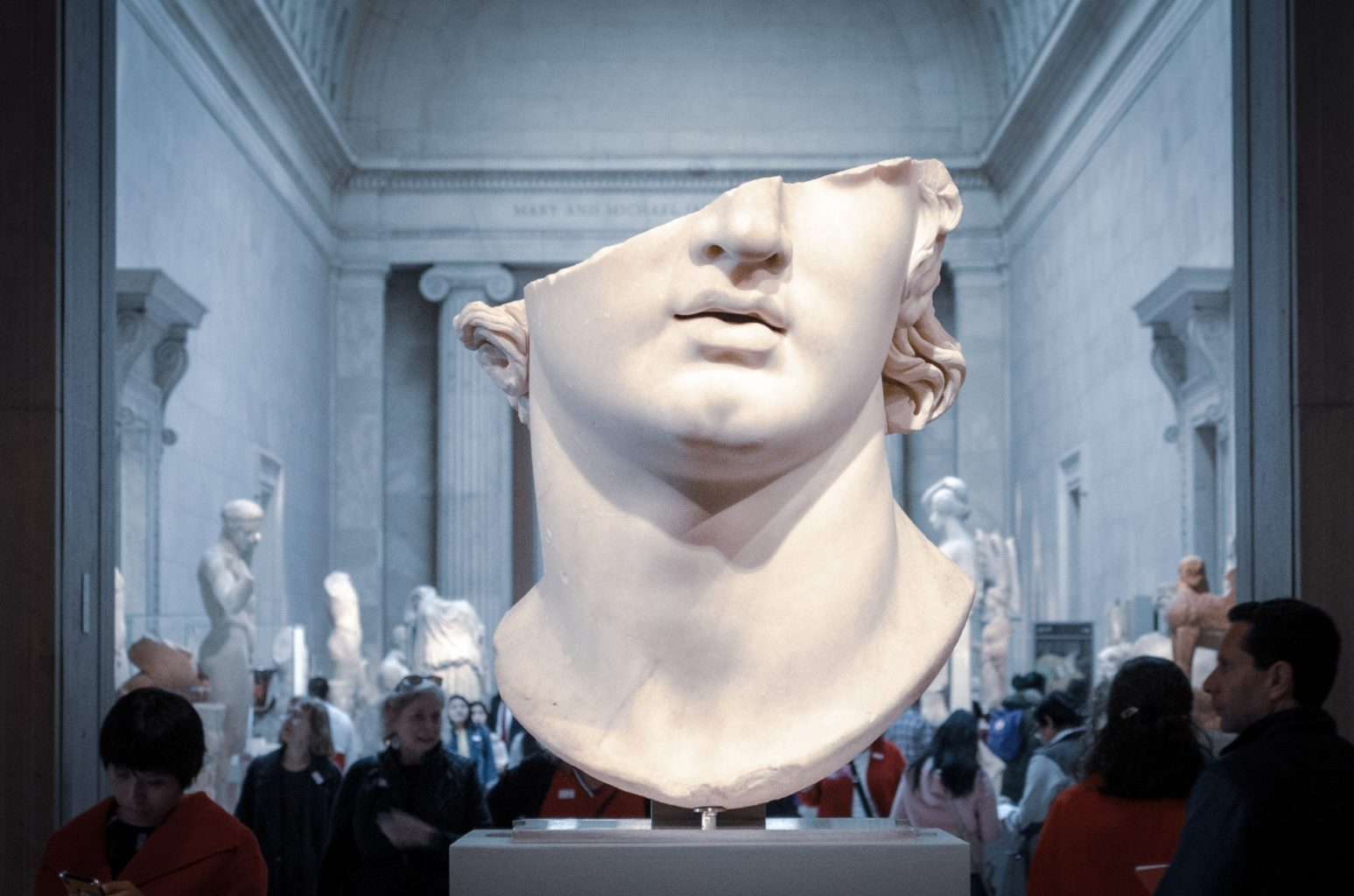 Итальянец продал невидимую статую за 15 тысяч евро