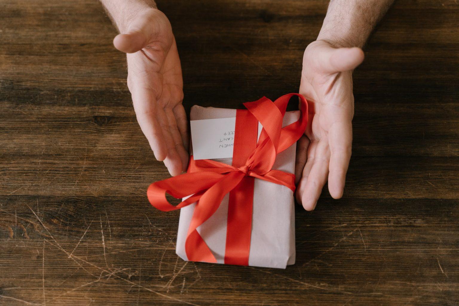 На работу, как на праздник: 20 лучших подарков для всех ваших коллег