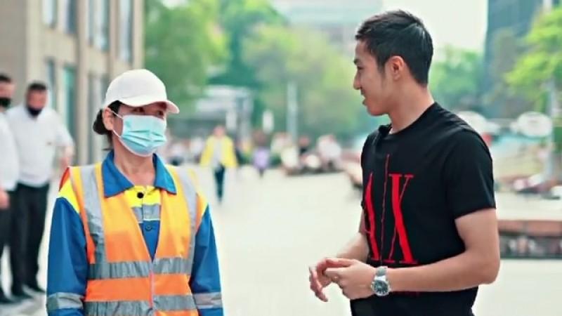 Акт благотворительности или хайпа? Популярный TikTok-блогер оплатил кредиты прохожим в Алматы