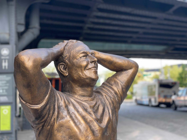 В Нью-Йорке установили статую Илона Маска. Вот только с головой что-то явно пошло не так