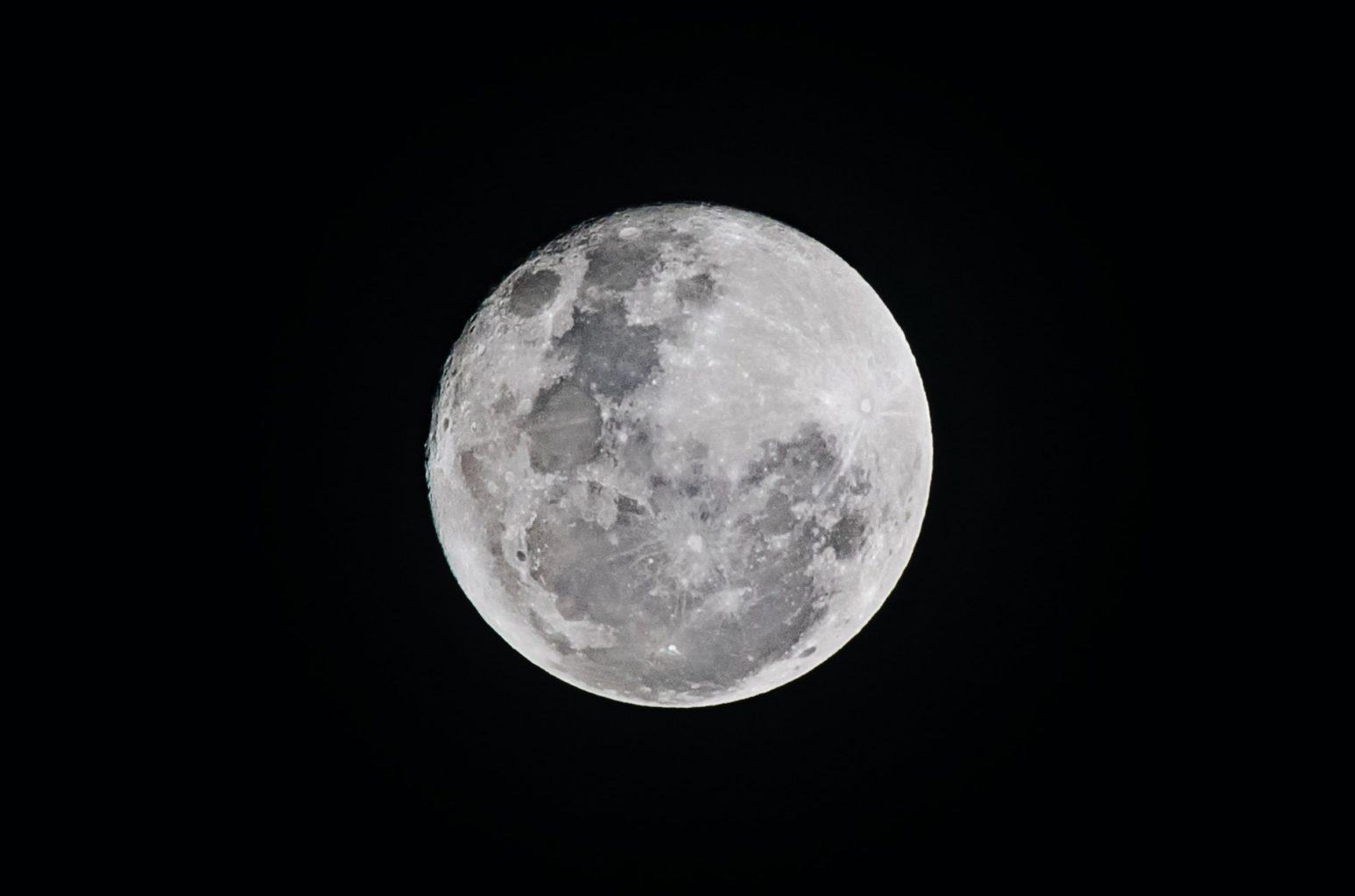 Неожиданные вещи, которые оставили космонавты на поверхности Луны за 57 лет