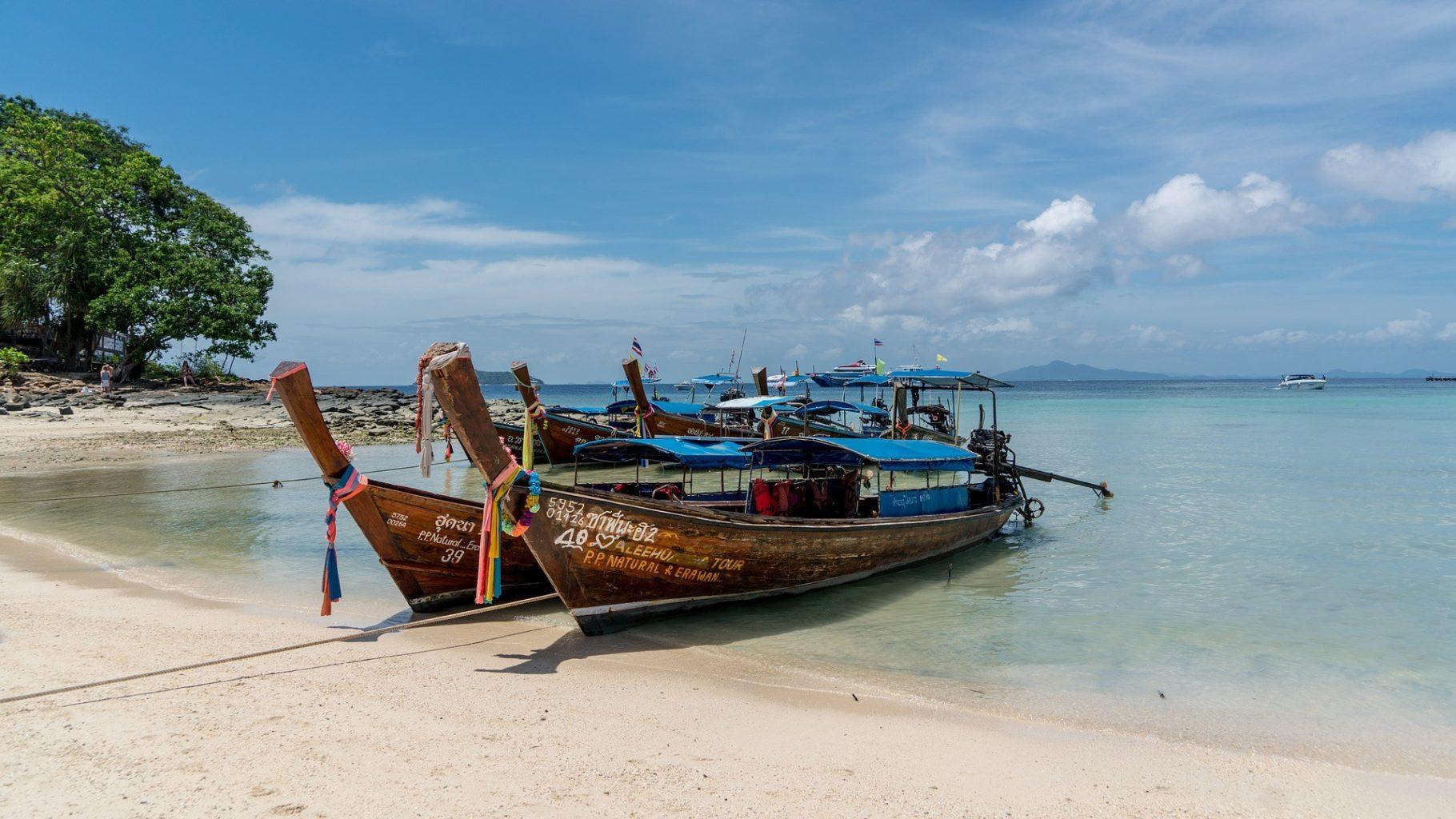 Таиланд откроется для привившихся туристов