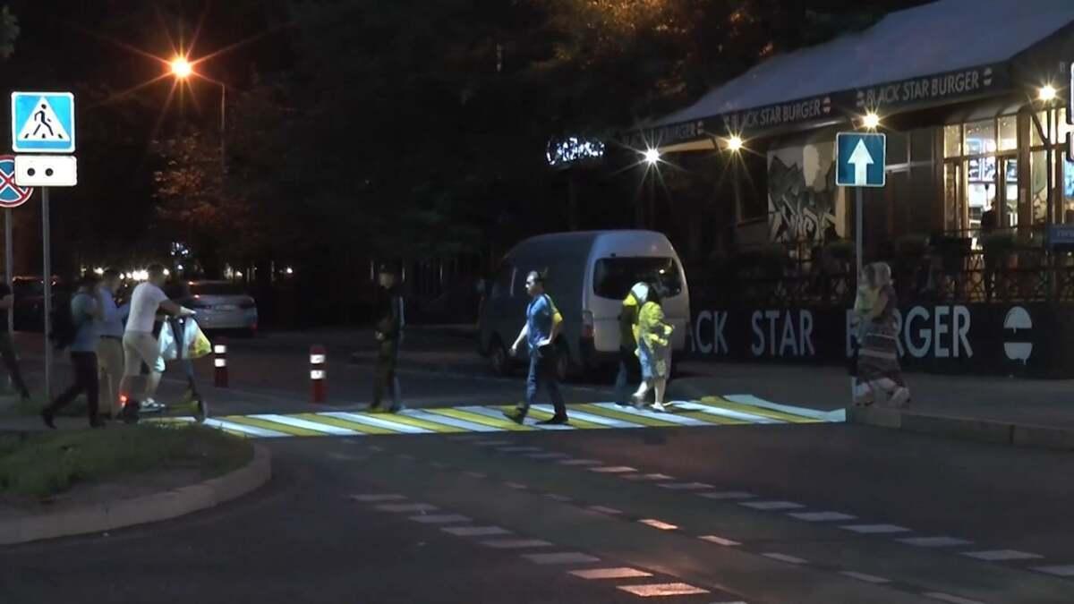 В Алматы появился  проекционный пешеходный переход