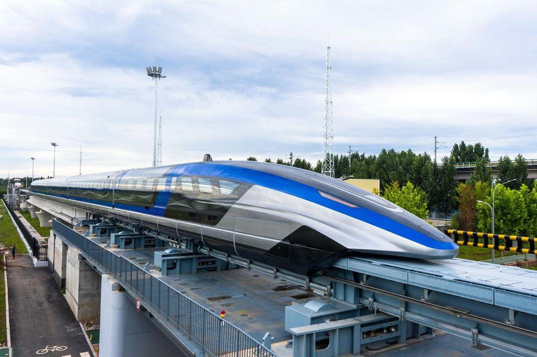 Поезд, способный разгоняться до 600 км/ч показали в Китае