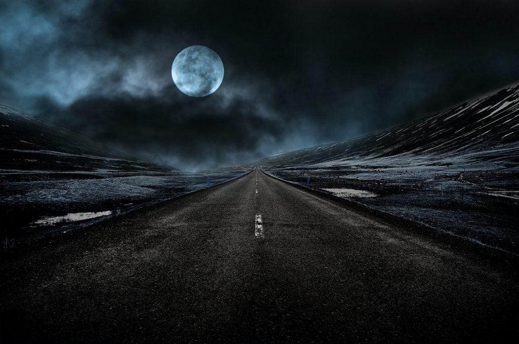 Автопилот принял Луну за желтый сигнал светофора