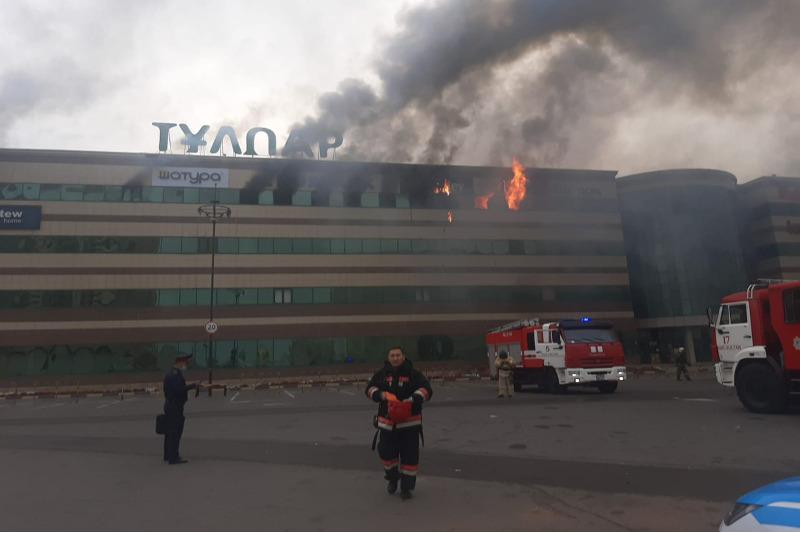 В Нур-Султане горит торговый центр