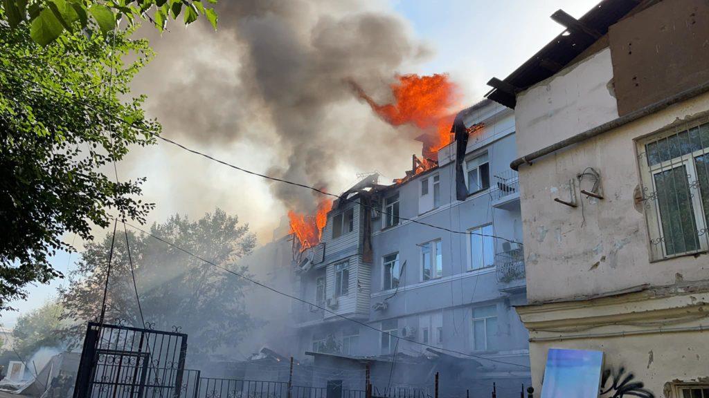 В Алматы тушат сильный пожар на  Назарбаева
