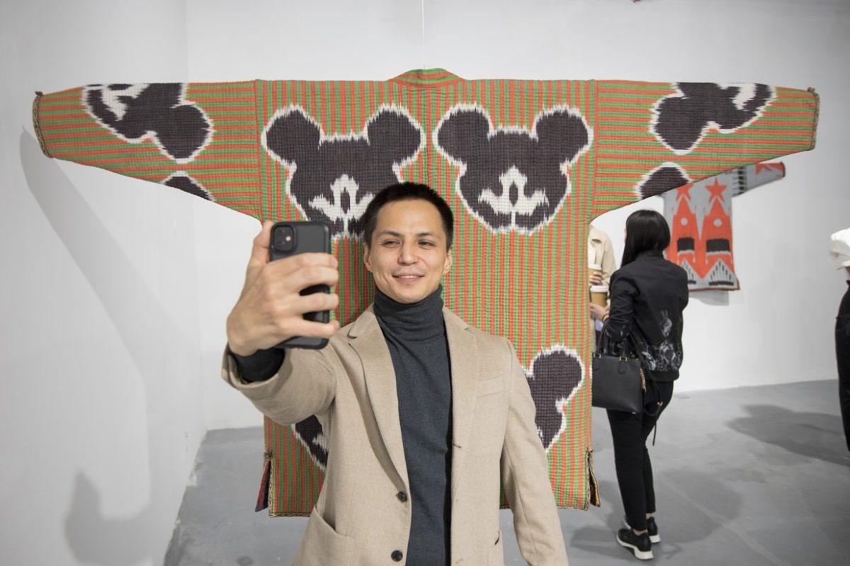 Искусство в абровых тканях. В Алматы открылась выставка Диляры Каиповой