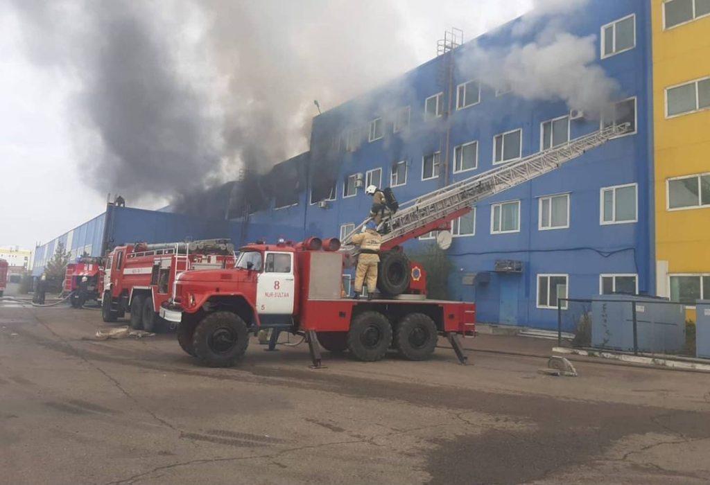 В Нур-Султане тушат крупный пожар